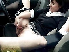 Muddy mature whore fingers her cunt hole on the back seat of her car